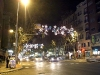 En parallellgata upp, Bravo Murillo stoltserar med gatuliv och fin julbelysning.