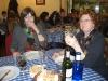 Äter god lunch med väninnor på mysig restaurang innan bion.