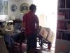 Snabbt töms lägenheten på kartonger som får åka tillbaka för att magasineras.