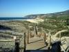 Den långa bryggan leder oss ner till Praia do Gunicho - Guinchostranden.