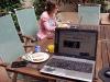 Frukost och läsning av tidningar på nätet i trädgården.
