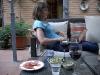 Vi tar lite tapas och ett vin i trädgården när vi är hemma efter en lång dan på stan.