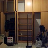 Med Åsas hjälp är alla garderober i förrådet tömda, om man bortser från några resväskor...