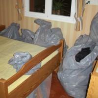 Högarna på sängen är borta, nu finns resterande kläder i påsar längs väggen. De får bli nästa veckas problem....