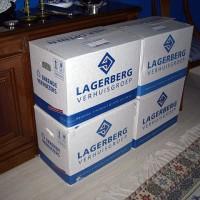 Fler lådor i vardagsrummet, här med svenskt glas och kristall...