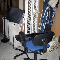Fler grejer som jag vill bli av med; gamla element, kontorsstolar, cd-ställ, slalomskidor mm, mm.