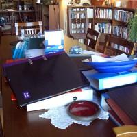 Fortfarande rörigt på bordet där nere, men mindre rörigt än igår...