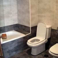 Toaletten var ovanligt fräsch jämfört med resten av lägenheten...