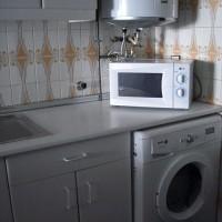 Del av del lilla köket, micro, varmvattenberedare och kombinerad tvätt-/torktumlare finns.