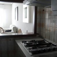 Annan vinkel på köket med sikt ut mot vardagsrummet, det skall bli trevligt att laga mat på gas igen...