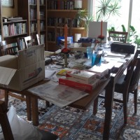 Bordet i källaren är belamrat med datorprylar