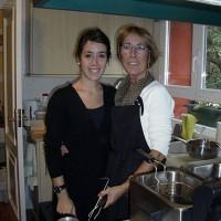 Mor och dotter sliter i köket