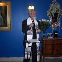 Prästen Tommy Qvennerberg inleder begravningsakten