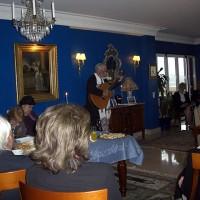 Prästen spelade gitarr och sjöng vackert under akten