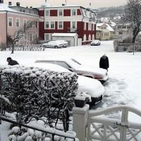 Snöskottning för att få fram bilarna
